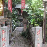 松平摂津守上屋敷跡にできた小さな神社です