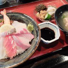 ぜいたく海鮮丼(1500円)は、充実の内容!