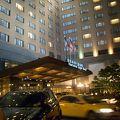 明るくて豪華な大型ホテルです