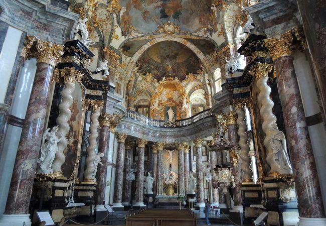 豪華すぎて厳粛さに欠けます、教会というより権力を見せつけるための部屋のようです