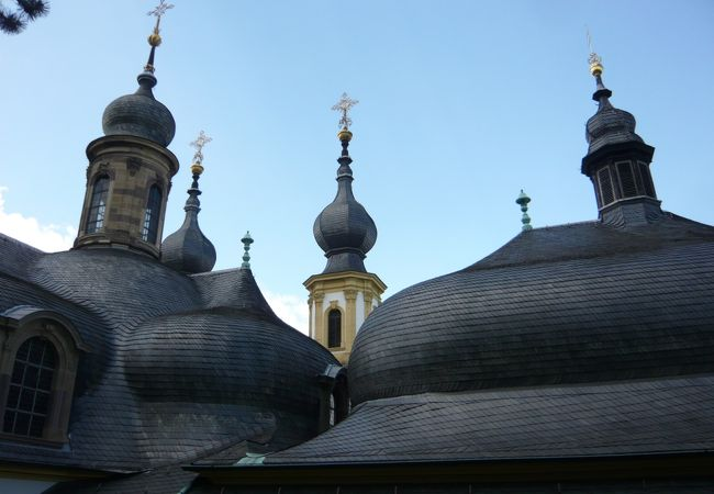 うねっているような丸屋根が連なる丘の上の教会、お勧めです