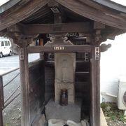 人の中に清む三匹の虫・・・大山街道で道標を兼ねた庚申塔を見つけました。