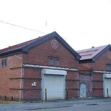駅の前にはこんな赤レンガ倉庫もあります