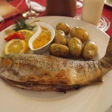 川魚のフライ。 付け合せのポテトが1番美味しかった!