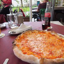 マルゲリータピザ。 お皿からはみ出るほど大きい!