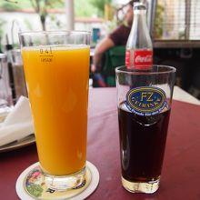 オレンジジュースとコカコーラ