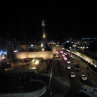 部屋の窓から見た景色 ライトアップされたドバイ博物館とモスク