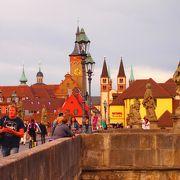 ヴュルツブルクで、観光客に1番有名な橋。 橋の上でワインを楽しんでいる人がたくさん!