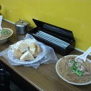 台北駅近くで麺線と臭豆腐