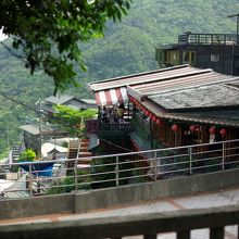 阿妹茶酒館を上から見下ろすポジションにあります