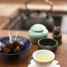 阿里山金萱茶をいただきました。左のは茶梅。