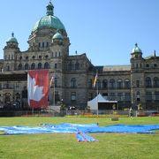 カナダデーは州議事堂前にステージができていました