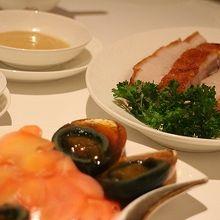 前菜に頼んだ「ピータンと甘酢生姜」と「豚のクリスピー焼」