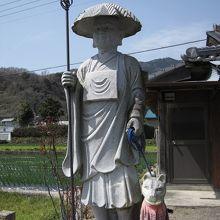 犬を連れた修行姿の弘法大師像