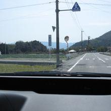 県道北側から見た犬墓大師への入口標識