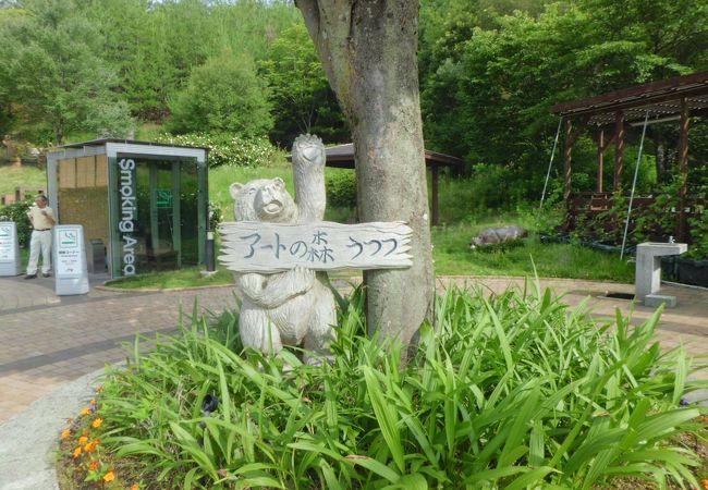 木掘りの彫刻があります