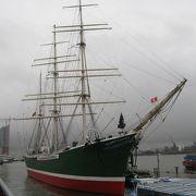 優美な帆船の姿が見られます