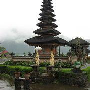 湖にある寺院