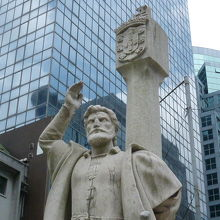 ジョルジェ アルヴァレス記念像 ...