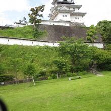 緑の芝生と天守閣