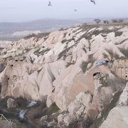 岩に沢山の穴