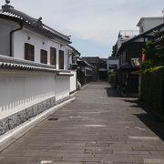 寺や白壁の武家屋敷が連なる静かな路