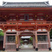 国道沿いの山門が立派で、境内が広い真言宗のお寺さん。