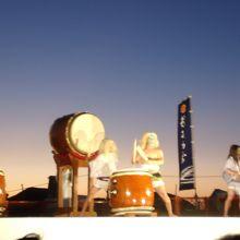 日本海から打ち上げられる雄大な花火大会