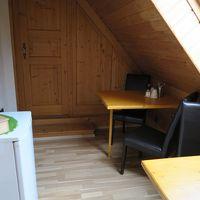 テーブル、冷蔵庫、ポットなどが置いてある最上階の共用スペース
