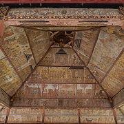 かつての王朝の繁栄がしのばれる天井画