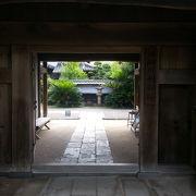 手入れが行き届いた日本庭園