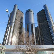 目を引く近代的なビル