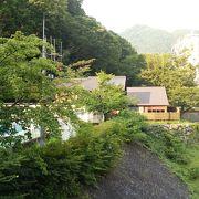山間の小さい温泉