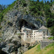 鍾乳洞がある岩山を背にした洞窟城全景。