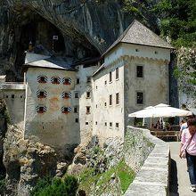 洞窟城手前にはちょっとした売店などもあって休憩できます。