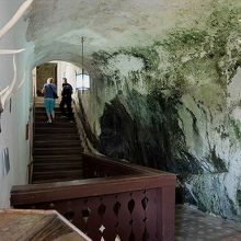 洞窟城内。自然の岩壁と人工の壁との境目が分からない部分もあり