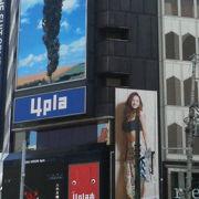 大型モニターが目立つ女性向けョッピングビル