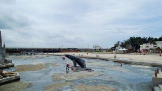 夏には水遊びを楽しめる人工ビーチもあり