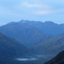上高地方面。奥の山は乗鞍岳