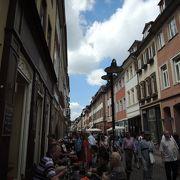 歴史的建造物が並んでいる繁華街です