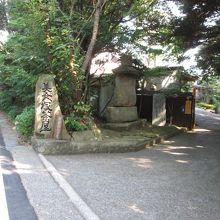 道路からの入り口です。