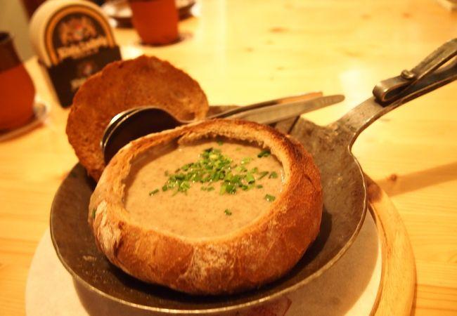 今まで飲んだスープの中で1番美味しかった、マッシュルームのスープ(ライ麦パンのボウル入り!)
