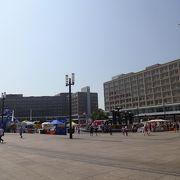 若者も多く、活気がある広場。