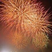 大阪で最もにぎわう花火大会。野田阪神付近の河川敷で見るのがおすすめ。