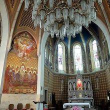 外観はシンプルですが、内部のフレスコ画が美しい教会です
