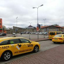 タクシーは止まっていますが利用不要