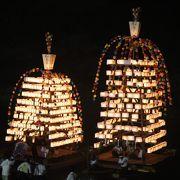 水辺に浮かぶ万灯船と燈篭と長瀞の夜を奏でる夏花火