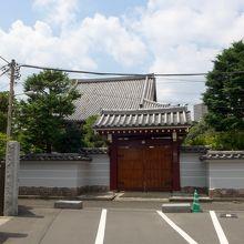 お寺の正面、左手が墓地です