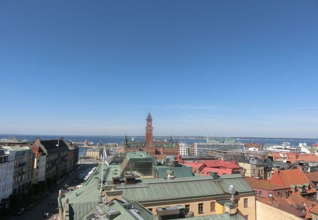 100段の石の階段を上った先は、海も街も一望だ