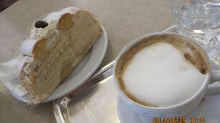ケーキを担いでもってきてくれる昔ながらのカフェ